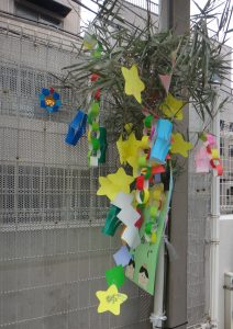 DSC011笹飾り園庭58